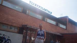 Bella Forsgrén (Gröna) utanför studenthuset i Jyväskylä.
