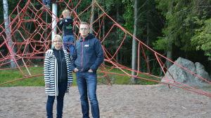Elisabeth Henriksson och Juha Hartvik vid Sundom skola i Vasa.