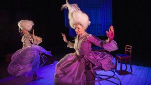 Ylva och Stina dansar på scenen