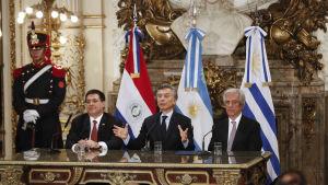 Mauricio Macri (ARG), Tabaré Vazquez (URU) och Horacio Cartes (PAR) eniga. Söker VM 2030.