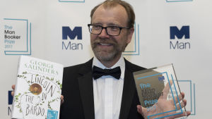 "George Saunders poserar med sin roman ""Lincoln in the Bardo""."