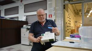 Thommy Hellberg med snabbtestet för blågrönalger.