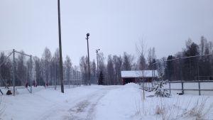 En röd stuga som är omklädningsstuga vid isbanorna i Ingå kyrkby.