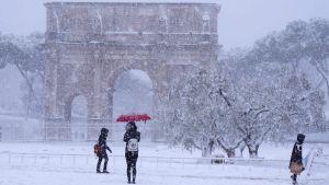 Konstantinbågen i Rom är omgiven av snö.