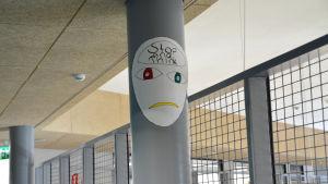 Ett ritat ansikte i bild på ansiktet står det stop and think.
