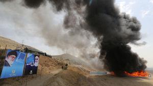 Polisne bränner upp 100 ton narkotika utanför Teheran.