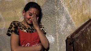 En sörjande släkting till Mahmoud Abu Taima som dödades i protesterna i Gaza på måndagen.