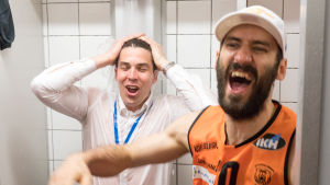 Tränaren Janne Koskimies och Bojan Sarcevic duschar.