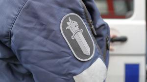 Ärmen på en polisuniform.