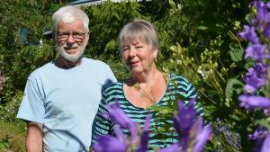Tryggve och Pirkko Karlsson i sin blomsterträdgård.