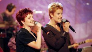 Nina Tapio ja Hanna-Riikka Siitonen laulavat