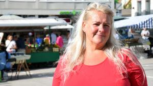 Porträttbild av Marina Strömberg på Ekenäs torg.