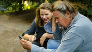 Vivian Nieminen opettaa isälleen Nipa Niemiselle älypuhelimen käyttöä.