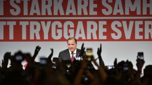 Stefan Löfven talar under Socialdemokraternas valvaka.