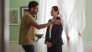 Ohjaaja Aneesh Chaganty ja näyttelijä Debra Messing.