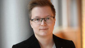 Porträtt på Sakris Kupila.
