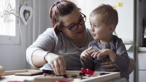 Johanna Türkmen och sonen Rasmus bakar pepparkakor