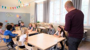 En lärare undervisar sin klass