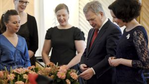 Förbundet för blomsterhandlare överräckte julblomma åt presidentparet.
