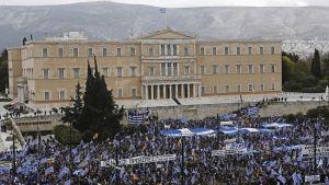Demonstranter samlade på Syntagmatorget invid parlametet på söndagen 20.1.2019.