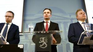 En bild på Simon Elo, Kai Mykkänen och Antti Kurvinen under presskonferensen om att förebygga sexualbrott.