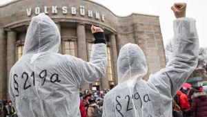 Två personer demonstrerar mot Tysklands straffparagraf 219a, som förbjuder läkare att göra reklam för abort.