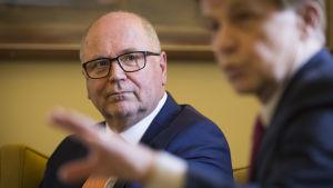 Eero Heinäluoma ja Mauri Pekkarinen tiedotustilaisuudessa eduskunnassa.
