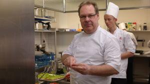 Köksmästare Anders Fagerlund med en elev i köket