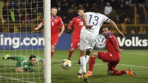 Pyry Soiri gör 2-0 från nära håll.