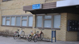 Bild av poliskontoret i Pargas, fotograferat utifrån.