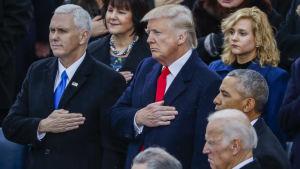 Trump&Pence svär tjänsteeden, Obama&Biden följer sammanbitna