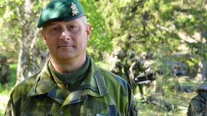 man i militär klädsel i grönska