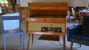 En gammal radio som står på fyra ben. Kan också användas som bord.