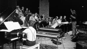 Uuden Musiikin Orkesteri kapellimestarinaan Markku Johansson