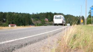 En vägren med en bil som kör bort.