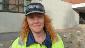 Johanna Järviaho, skiftesmästare på BillerudKorsnäs pappersfabrik i Jakobstad. Iklädd skyddskläder.