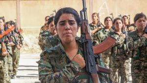 En stor del av den kurddominerade SDF-milisen består av kvinnliga soldater