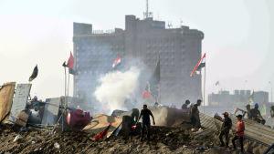 Unga aktivister drabbade samman med polis i Bagdad som bland annat använde sköt tårgasgranater mot demonstranterna