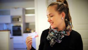 Riika Mäki-Valtari tarkastelee ammattiliiton korttiaan
