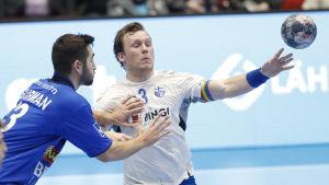 Miro Koljonen passar bollen samtidigt som han uppvaktas av en israelisk spelare