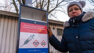 Annika Immonen vid ett insamlingskärl för drogsprutor.