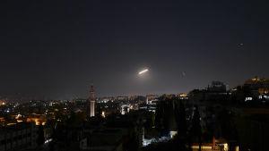 Syriskt luftvärn i Damaskus avfyrade tidigt i går morse luftvärnsmissiler mot inkommande israeliska missiler.