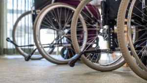 Lähikuvaa pyörätuoleista Myyrmäen vanhustenkeskuksessa, Vantaalla.