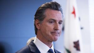 Kaliforniens demokratiske guvernör Gavin Newsom var mycket allvarlig under torsdagens presskonferens.
