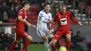 Joni Kauko och Markus Halsti försöker försvara bollen mot en motståndare.