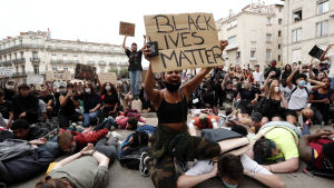 Demonstration i Montpellier, FRankrike, mot polisbrutalitet och rasism. Många demonstranter ligger på marken med ansiktet nedåt för att illustrera de personer som utsätts för våldsamma polisingripanden.