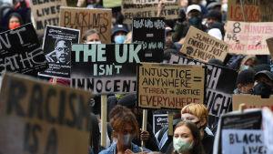 Brittiska demonstranter i London 6. juni 2020, påminner om att också den brittiska polisen måste göra upp med rasismen inom poliskåren.