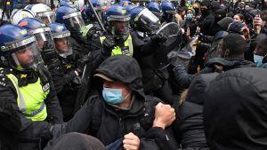 En del av demonstranterna som drabbade samman med kravallpolis i London använde ansiktsskydd.