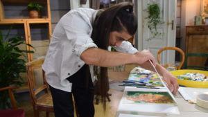 En konstnär som håller på att göra en monoprint.