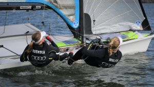 Noora Ruskola och Mikaela Wulff seglar utanför Helsingfors.